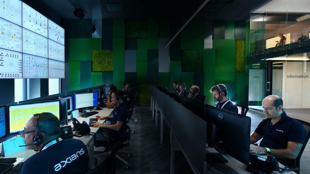 In einem Security Operations Center werden in spezialisierten Teams aus Cybersecurity-Analysten, Pentestern, digitalen Forensikern und ethischen Hackern die Systeme der Kunden rund um die Uhr überwacht und gegen Angriffe geschützt. (Bildquelle: VINCI Energies)